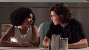 Madeline (Amandla Rtenberg) e Olly (Nick Robinson) in una scena del film.