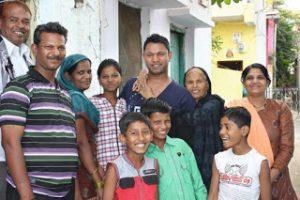 Saroo con la sua famiglia in India.