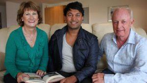 Saroo con Sue e John, i suoi genitori adottivi.